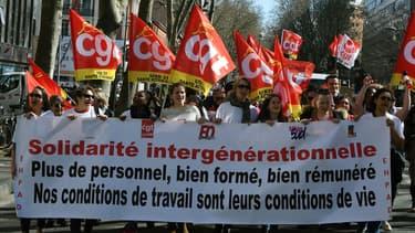 Emmanuel Macron et son gouvernement  font quelques concessions aux catégories sociales mécontentes de sa politique.