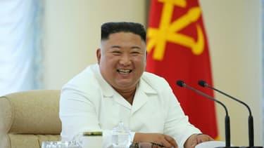 Photo diffusée prise le 7 juin 2020 par l'agence nord-coréenne Kcna du leader nord-coréen Kim Jong Un lors d'une réunion du bureau politique du Parti des travailleurs nord-coréens dans un lieu non précisé