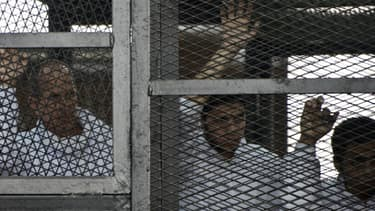 Mohamed Fadel Fahmy, Peter Greste et Baher Mohamed le 22 mai lors d'une comparution au tribunal