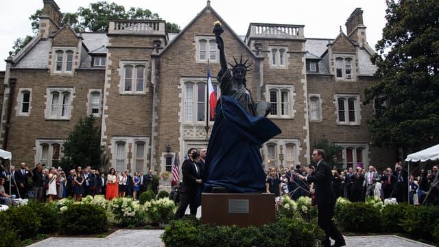 Une réplique de la Statue de la liberté a été dévoilée, le 14 juillet 2021, dans le jardin de la résidence de l'ambassadeur de France aux États-Unis, à Washington D.C.