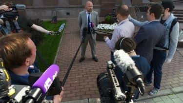 Alexander Pochuyev, l'avocat de l'historien russe Oleg Sokolov, répond aux journalistes devant le tribunal de Saint-Petersbourg, le 9 juin 2020