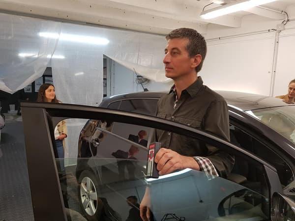A l'aide du Photomètre, Benoît Lombard va mesurer l'opacité des vitres de cette voiture. L'une est dans la légalité, l'autre non.