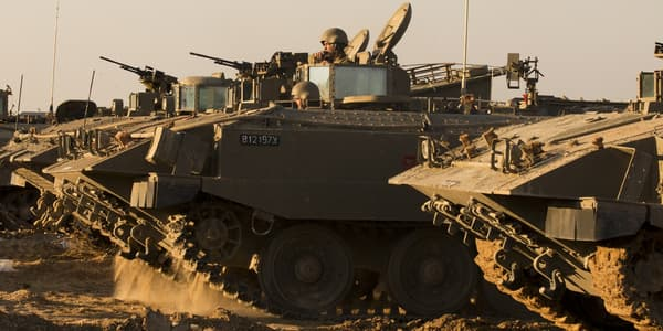 Des soldats israéliens dans des véhicules de transports blindés (VTB) face à la frontière entre Israël et Gaza, le 15 novembre 2012.