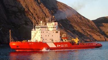 Bateau des gardes-côte canadiens dans le port de Saint-John, à Terre-Neuve, où était amarré le bateau fantôme.