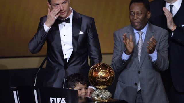 Cristiano Ronaldo a reçu son Ballon d'Or des mains de Pelé