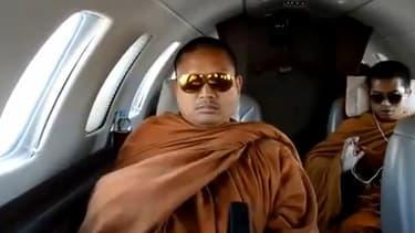 L'un des moines bouddhistes, à bord du jet privé.