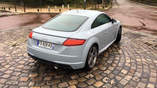 Audi a plus misé sur le design, plutôt que sur la motorisation. Cette version anniversaire dispose d'un moteur 4 cylindres TFSI 2.0 de 245 chevaux.