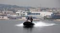 Policier en patrouille dans la baie de Cannes. Un dispositif de sécurité exceptionnel a été déployé dans la ville où 10.000 personnes sont attendues jeudi et vendredi pour le sommet du G20, le forum des grandes économies de la planète. /Photo prise le 2 n