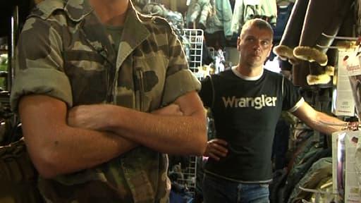 Un soldat français venu s'équiper dans une boutique de surplus militaire à Paris, avant de partir en mission.