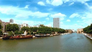 Deux péniches installées sur le bord du bassin de la Villette (image d'illustration)