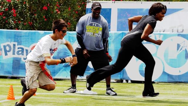 Michelle Obama joue au football américain lors d'une campagne contre l'obésité en septembre 2010 à La Nouvelle-Orléans, en Louisiane (photo d'illustration)