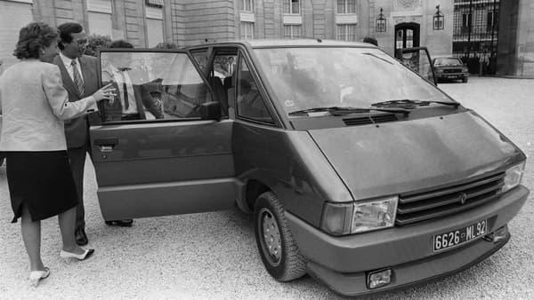 Les ministres Edith Cresson et Roland Carraz découvrent l'Espace le 12 juillet 1984 dans le cour de l'Elysée