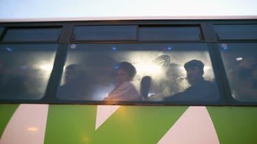 Des Palestiniens dans un autobus à un point de passage entre la Cisjordanie et Israël, le 4 mars 2013.