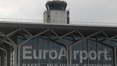 Un contrôleur aérien de l'aéroport de Bâle-Mulhouse est activement recherché pour son implication probable dans le meurtre d'un de ses collègues, mercredi, dans la tour de contrôle. /Photo prise le 27 avril 2011/REUTERS/Christian Hartmann