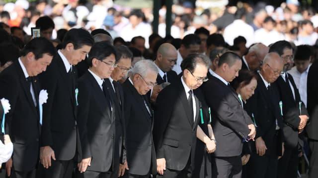 Des participants à la cérémonie de commémoration du bombardement d'Hiroshima observent une minute de silence, le 6 août 2017.