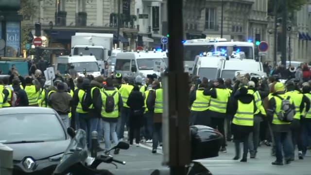 Des gilets jaunes face aux forces de l'ordre à Paris ce 24 novembre.