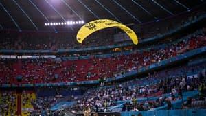 Un militant de l'association écologiste Greenpeace, arrivé au-dessus du stade de Munich dans un engin de type ULM, a manqué de s'écraser en tribune après avoir heurté un câble, avant le match de l'Euro entre la France et l'Allemagne, le 15 juin 2021 à Munich