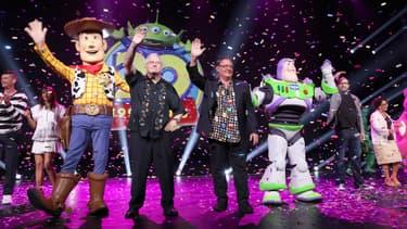 Le compositeur des trois premiers Toy Story, Randy Newman, et le directeur créatif de Disney/Pixar , John Lasseter, vendredi, sur la scène du D23 à Anaheim, en Californie.