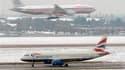 A l'aéroport londonien d'Heathrow. Neige et froid glacial continuent de perturber le trafic aérien en Europe. Selon l'agence européenne de contrôle du trafic aérien, Eurocontrol, le trafic doit reprendre progressivement mardi mais les annulations de vols