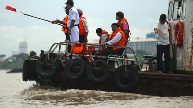 Les chercheurs fouillent les eaux boueuses du fleuve en s'orientant grâce... aux esprits saints qui protègeraient la cloche.