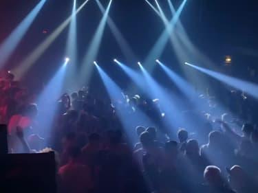 Ce dimanche 17 octobre 2021, 2200 personnes ont pu danser et chanter sans restrictions sanitaires dans deux discothèques parisiennes.