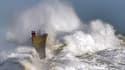 Une forte vague à Lesconil, dans l'ouest de la France, le 8 février 2016.