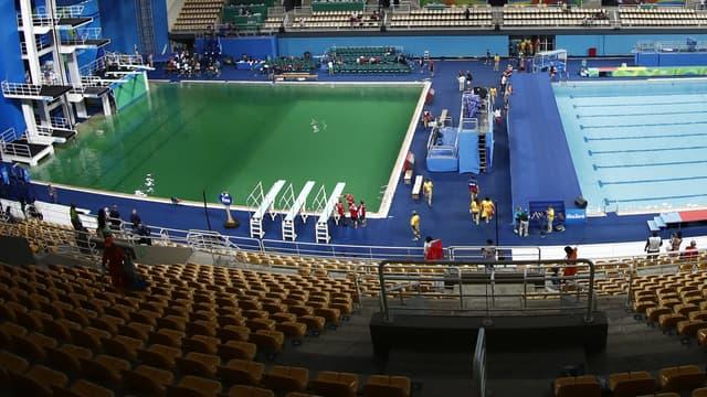 L'eau verte du bassin de plongeon olympique