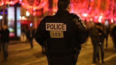 Un policier sur les Champs-Elysées, le soir du 31 décembre 2019.