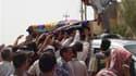 Lors des funérailles d'une victime d'un attentat à Al Souaïra, à 50 km au sud-est de Bagdad. Plusieurs attentats ont fait 65 morts et 200 blessés lundi en Irak, surtout dans la région de Bagdad. /Photo prise le 10 mai 2010/REUTERS/Habib
