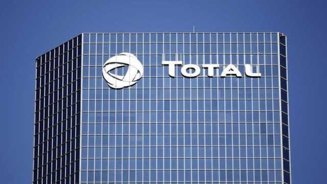 """Total a affirmé lundi avoir pris toutes les précautions en son pouvoir pour éviter d'acheter du brut irakien en contravention du programme """"Pétrole contre nourriture"""" mis en place par l'Onu dans l'Irak de Saddam Hussein, dans la cadre du procès des ramifi"""
