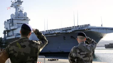 Le porte-avions Charles de Gaulle en février 2011 à Toulon