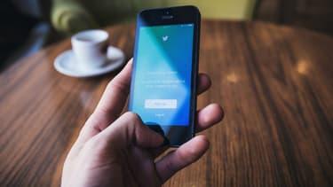 Twitter utilisé depuis un café.