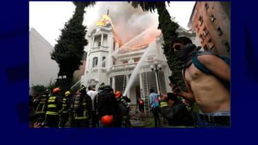 L'université Pedro de Valdivia de Santiago au Chili, incendiée ce vendredi.