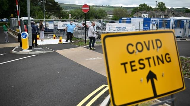File d'attente pour se faire tester au Covid-19, à Kendal (Royaume-Uni), le 21 juin 2021