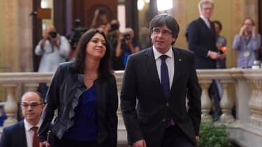 Le président de la région catalane Carles Puigdemont, arrive au siège du parlement catalan avec sa femme Marcela Topor, le 27 octobre 2017 à Barcelone.