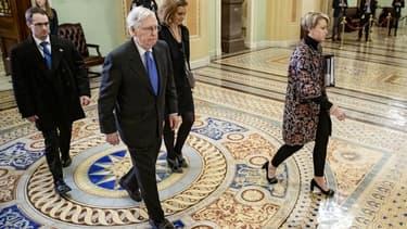 Le leader de la majorité républicaine, Mitch McConnell, quitte le Sénat après le troisième jour du procès en destitution de Donald Trump, le 23 janvier 2020