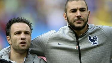 Les coéquipiers en Bleu Mathieu Valbuena (g) et Karim Benzema le 30 juin 2014 avant un France-Nigeria, au stade Mane Garrincha de Brasilia