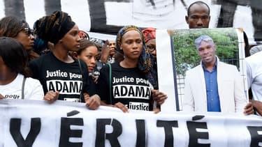 Des manifestants portant un portrait d'Adama Traoré.