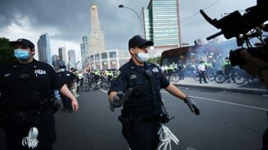 Des policiers font face aux manifestants le 29 mailors d'un rassemblement contre les violences policières à Brooklyn