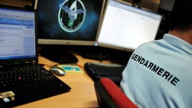 Un gendarme devant son ordinateur (PHOTO D'ILLUSTRATION)