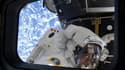 """L'astronaute Michael Good dans la navette Atlantis. La navette spatiale américaine a quitté dimanche la Station spatiale internationale (ISS), un """"palais de l'espace"""" qui est maintenant achevé à 98% après douze années de travaux. /Photo prise le 21 mai 20"""