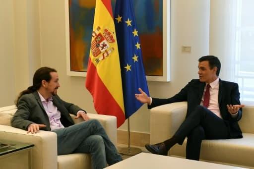 Le Premier ministre espagnol Pedro Sanchez (d) reçoit Pablo Iglesias, le dirigeant du parti Podemos, le 7 mai 2019 à Madrid
