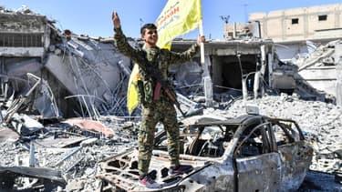 Un combattant des FDS savoure sa victoire à Raqqa, le 17 octobre.