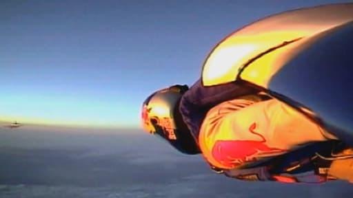 En 2003, équipé d'une aile en carbone, Félix Baumgartner traverse la Manche
