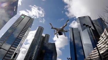 Un drone survolant le quartier de la Défense à Paris, le 27 février 2015.