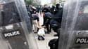 Pour la deuxième journée d'affilée, des affrontements ont opposé la police de Toronto à des groupuscules violents du Black Bloc dimanche jusque tard dans la nuit alors que s'achevait le sommet des pays du G20. /Photo prise le 27 juin 2010/REUTERS/Christin