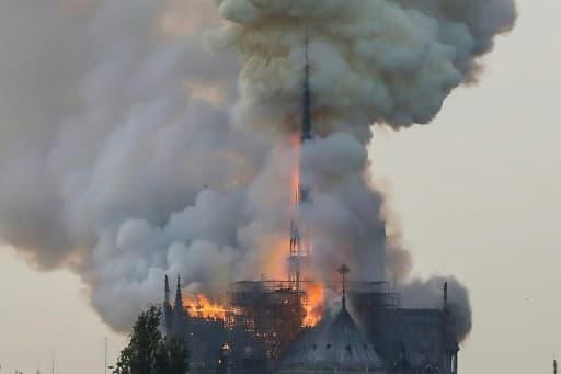 La flèche de Notre-Dame en flammes, à Paris le 15 avril 2019