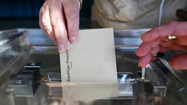 Bureau de vote près de Strasbourg. Les Français votent pour renouveler la moitié des exécutifs des 100 départements. Le scrutin concerne 2.026 cantons sur un total de 4.039. Paris est le seul département à ne pas voter. /Photo prise le 20 mars 2011/REUTER