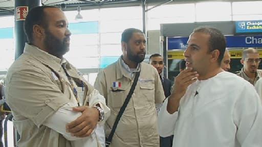 Amine, fidèle musulman, entouré d'agents de voyage spécialisés, s'apprête à s'envoler pour l'Arabie Saoudite