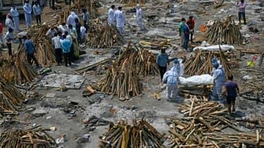 Des familles préparent la crémation de leurs proches décédés du Covid-19, le 27 avril 2021 à New Delhi, en Inde